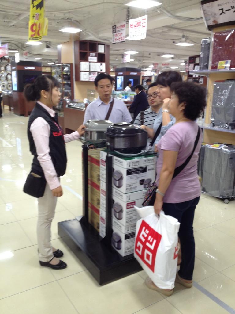 炊飯器を買う中国人観光客